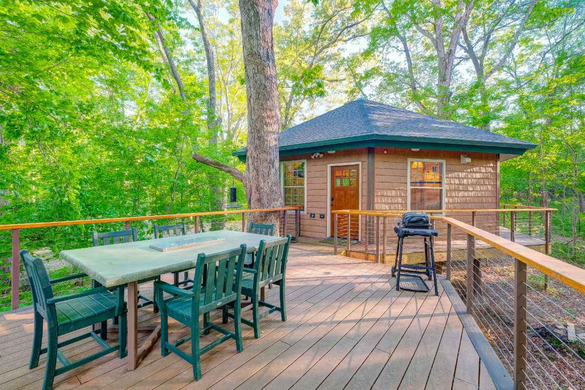 spacious-decking-of-greenbrier-beechhouse-treehouse