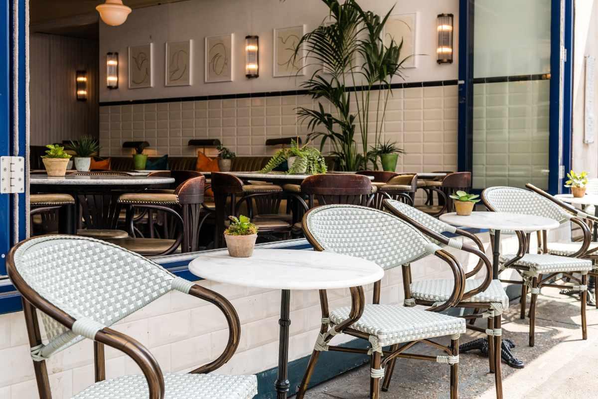 tables-outside-rubys-restaurant