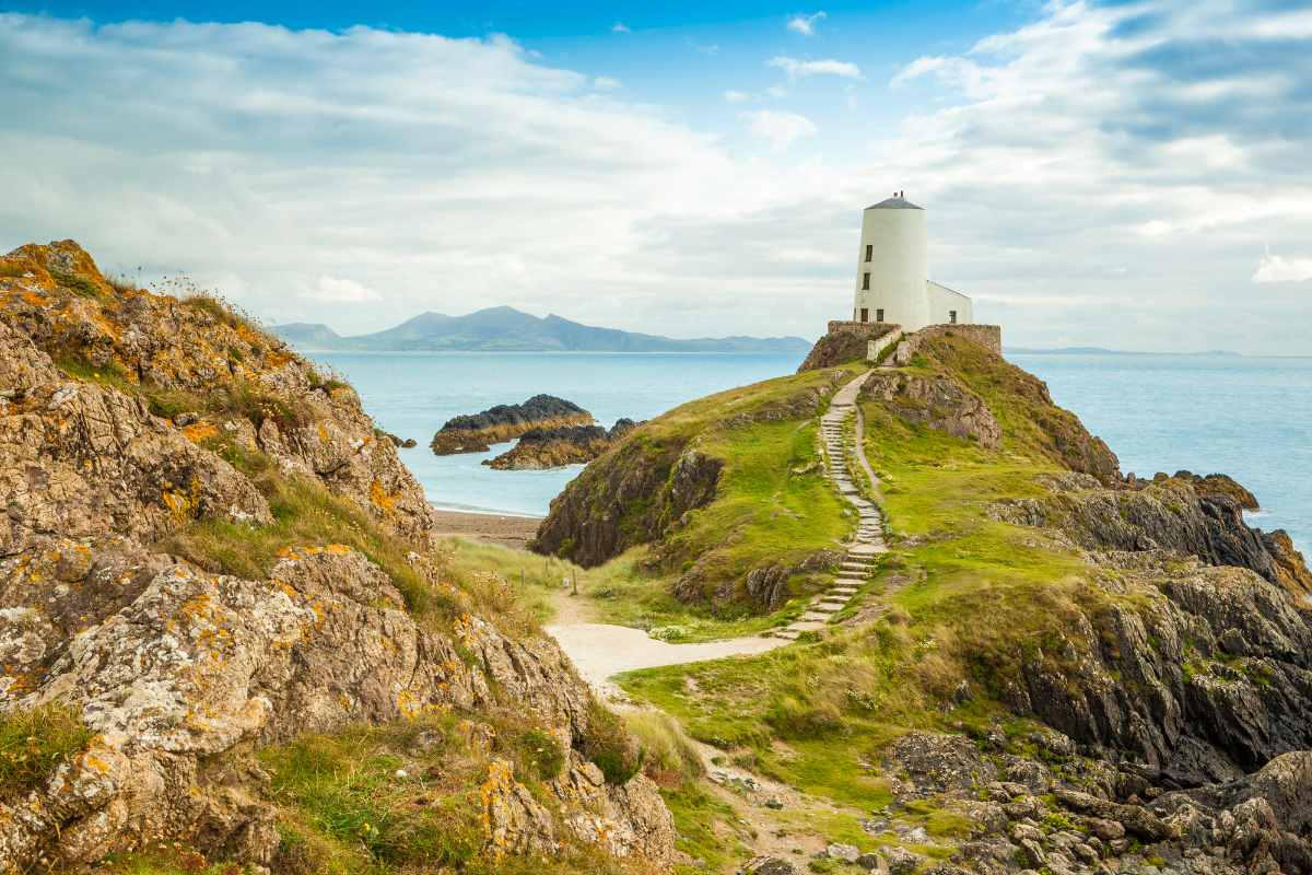 tr-mwar-lighthouse-at-newborough-beach-beaches-in-liverpool