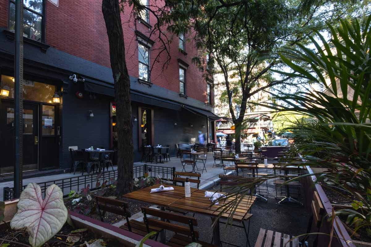 outdoor-dining-at-the-daisy-restaurant