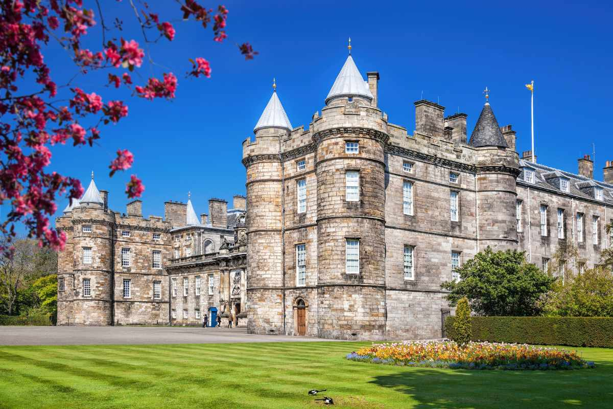 palace-of-holyroodhouse-on-sunny-day-indoor-activities-edinburgh