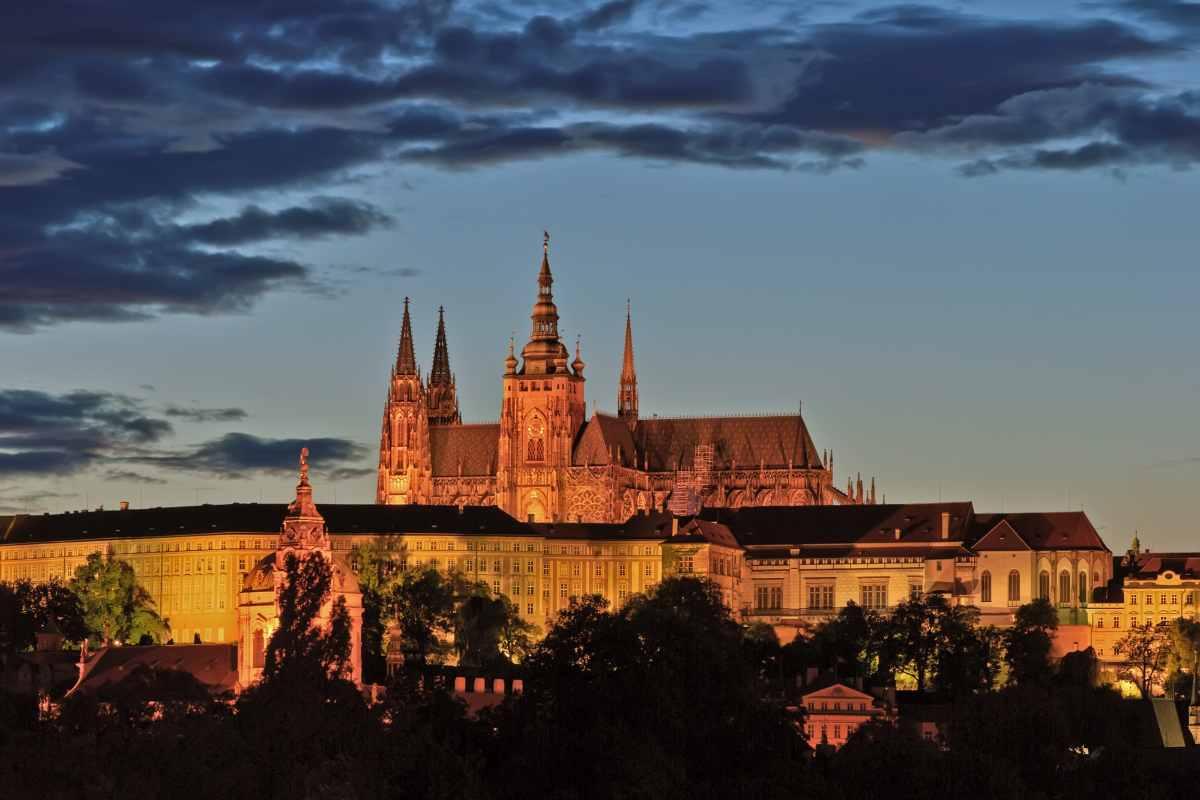 prague-castle-lit-up-on-hill-at-night