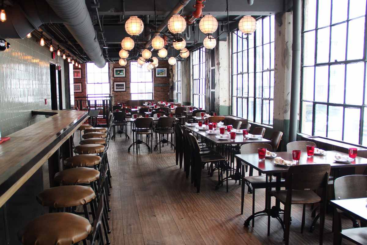 tables-inside-bar-deco-restaurant