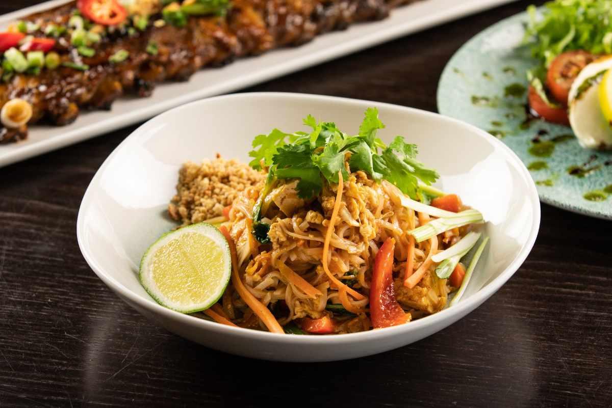 bowl-of-pad-thai-at-yee-rah-wok-&-grill