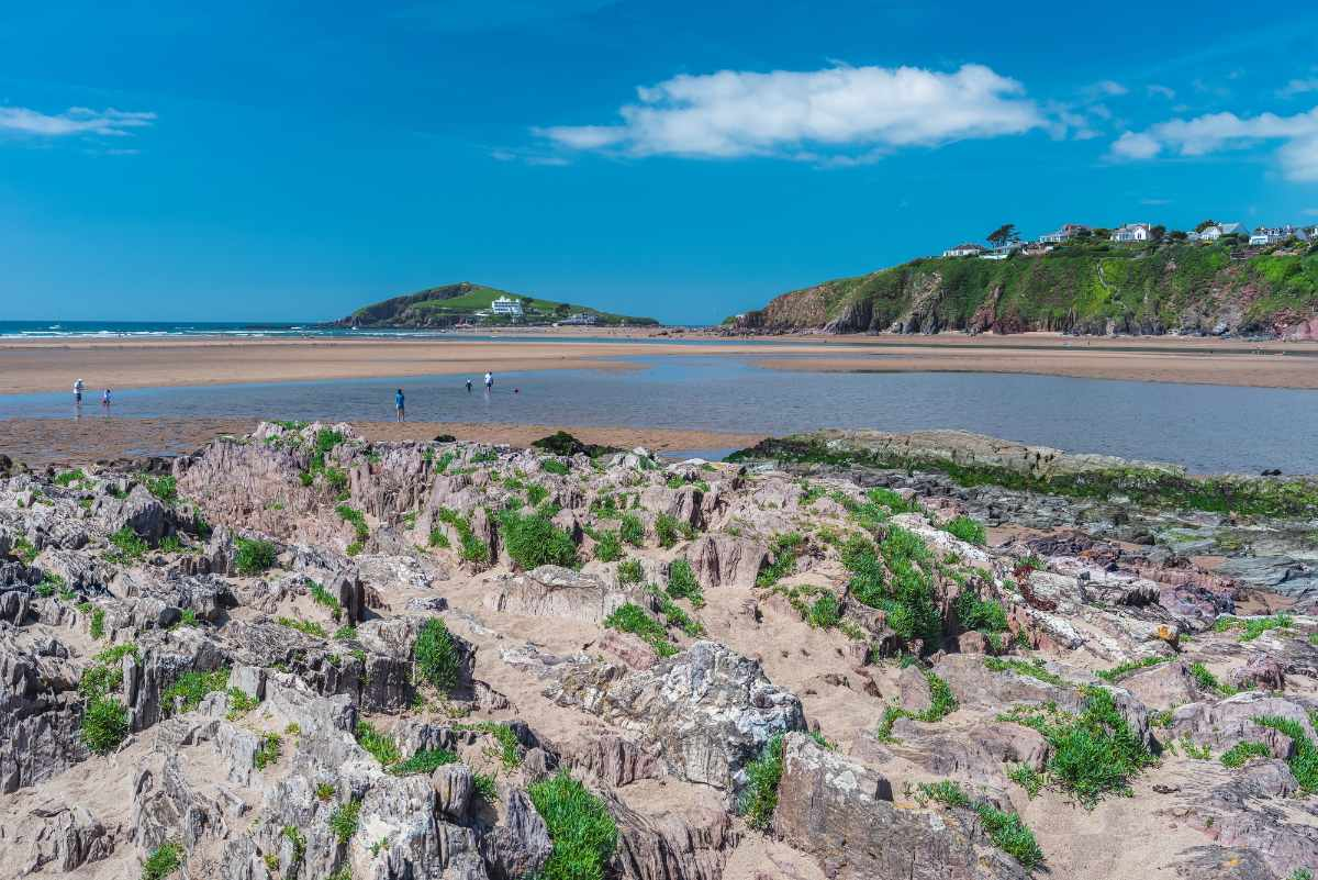 cliffs-and-rocks-by-bantham-beach-on-sunny-day