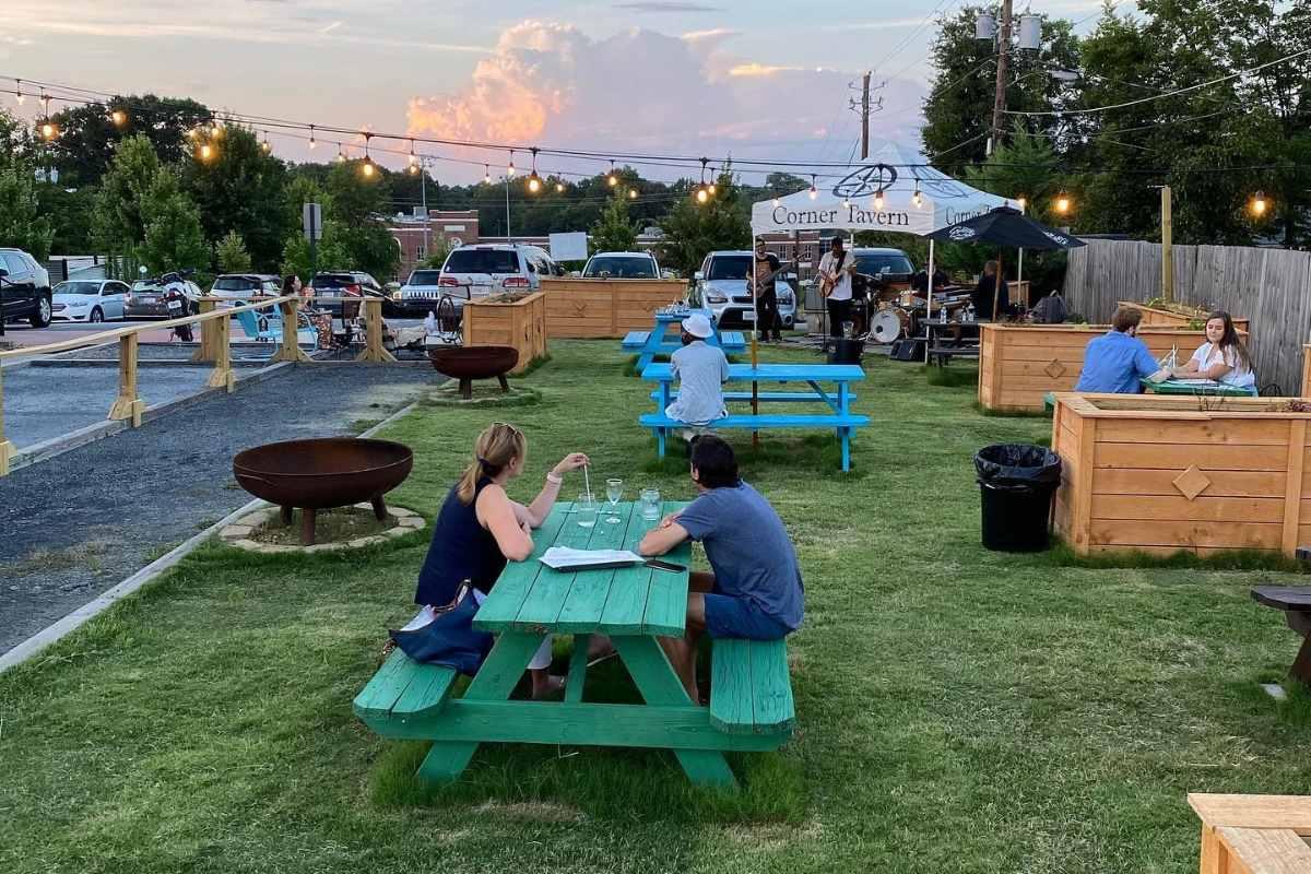 outdoor-dining-at-little-5-corner-tavern-hapeville