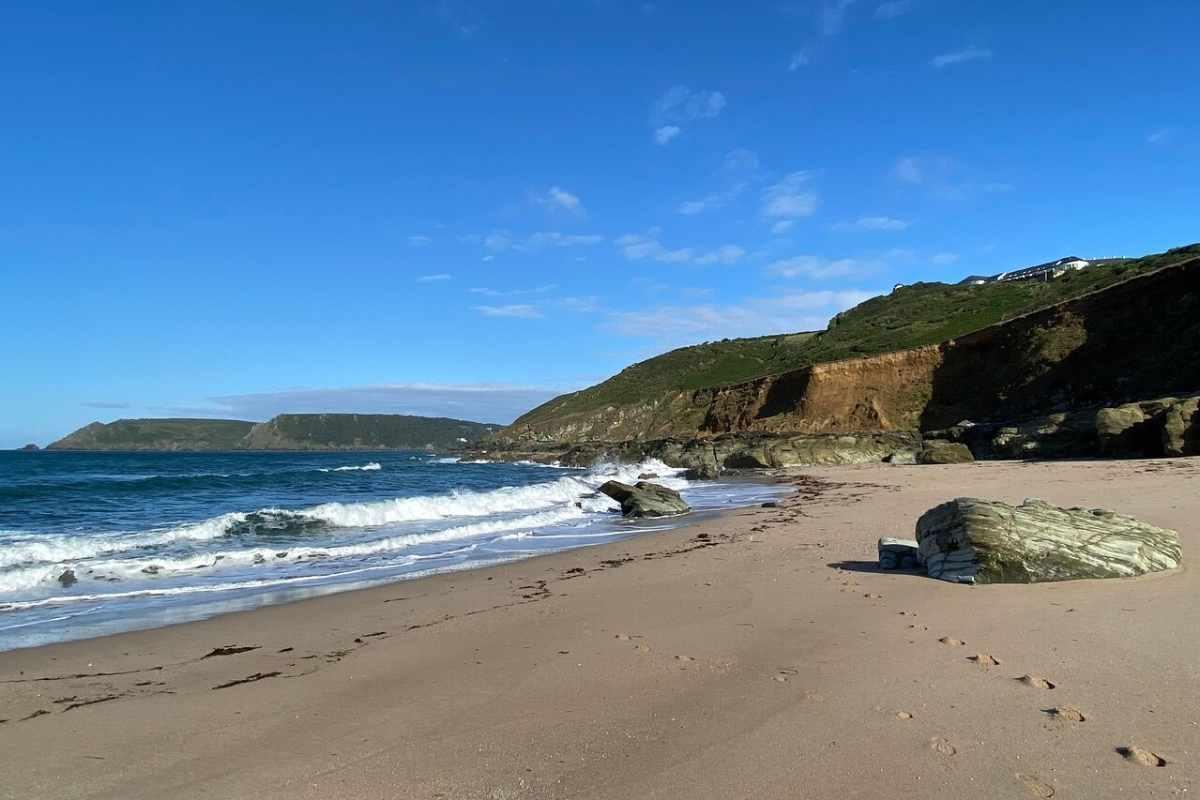 sandy-gara-rock-beach-on-sunny-day