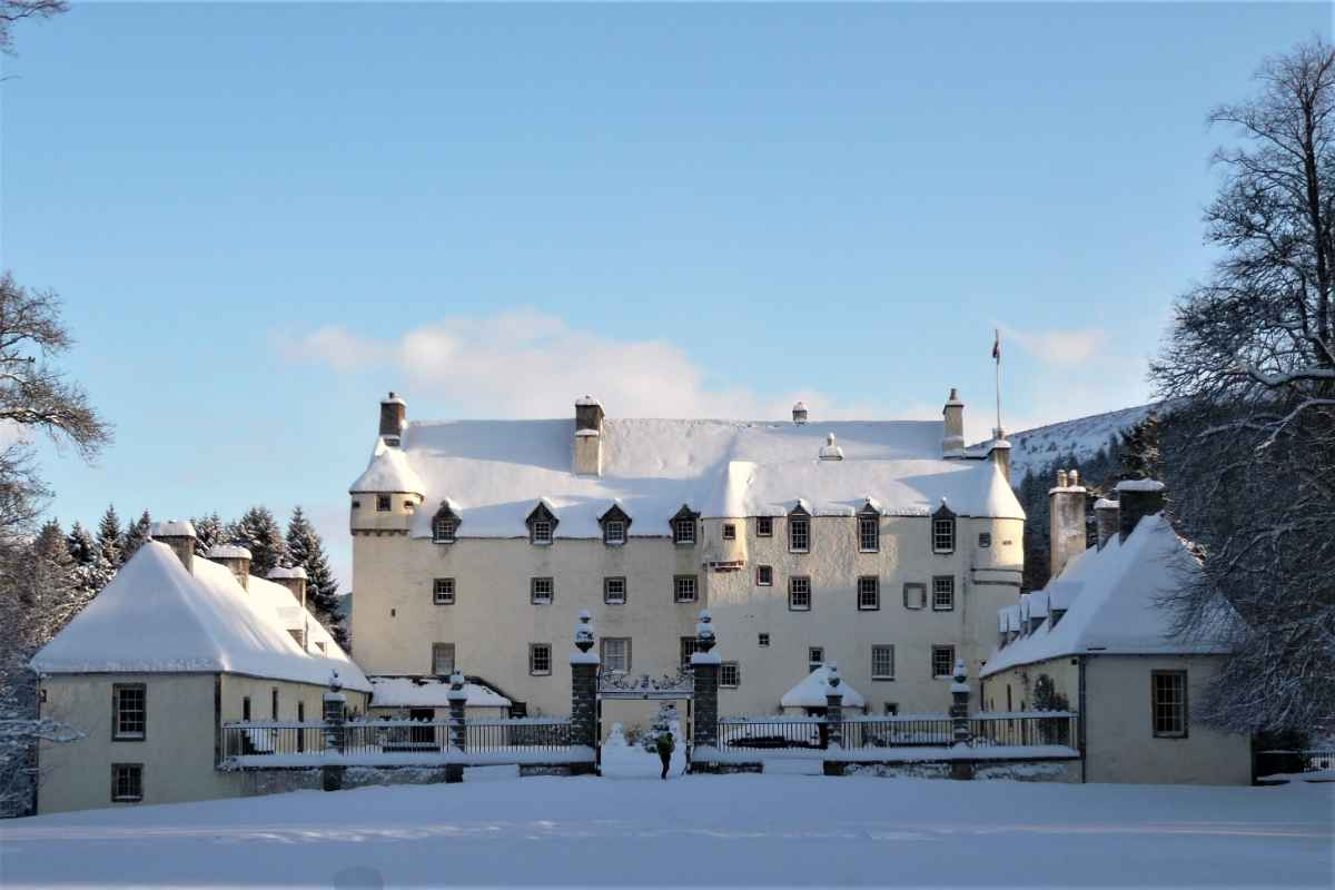 traquair-house-on-sunny-day-in-the-snow