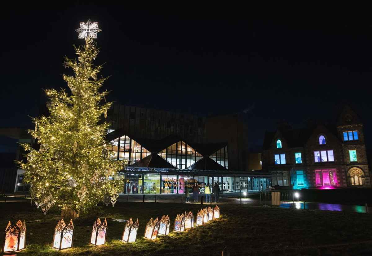 tree-in-front-of-eden-court-christmas-market-in-inverness