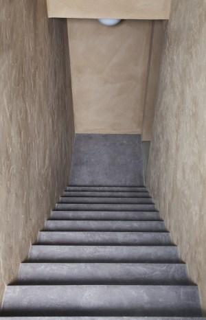 Treppe in Putz, Wände in Lehmputz (unbehandelt)