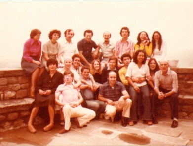 Castiglione del Terziere (MS) Corso di Polifonia vocale agosto 1976. Foto di gruppo dei partecipanti.