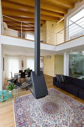 villa moderna in provincia di Padova: vista del camino scenografico nel soggiorno a doppia altezza