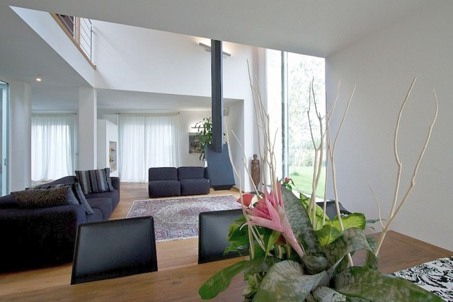 vista del soggiorno a doppia altezza con il camino centrale