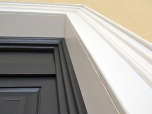 Dettaglio del portoncino di ingresso con la cornice in PVC