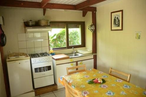 Grand bungalow : Vai Hau : Cuisine (réfrigérateur, évier (vaisselier équipé), four + 4 feux. Salle à manger