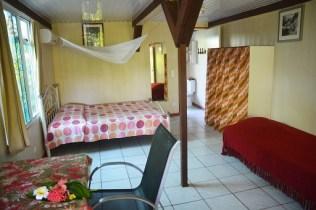 Petit bungalow : table à manger, lit double, lit simple, armoire