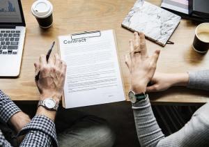 Firmando contrato de trabajo