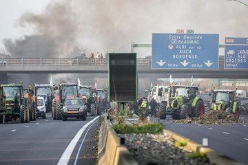 Agricultores realizam protesto