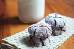 Chocolate Crinkle Cookies from Farmwife Feeds are soft and fudgy on the inside and brownie on the outside covered in powdered sugar! #recipe #cookies #chocolate