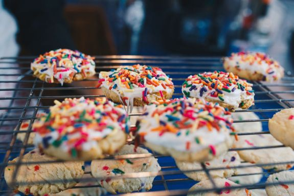 Sprinkles Galore Sugar Cookies from Farmwife Feeds are an easy fun full of color cookie that everyone will love. #sugar #sucarcookie #cookie #sprinkles