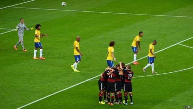 Alemães comemoram outro gol. Perplexidade do resultado atingiu até mesmo a torcida alemã (BBC)