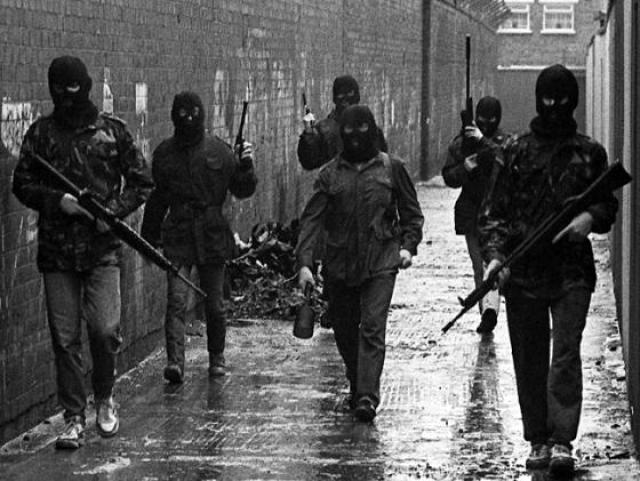 IRA entre as ruelas de Belfast. Atuação do grupo foi encerrada em 2005. (Desconhecido)