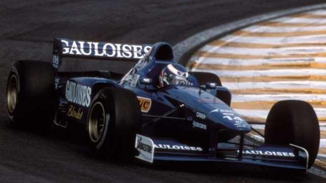 Panis acelera o Prost em 1997. Apesar do bom começo, a realidade se mostrou bem mais difícil (Sutton)