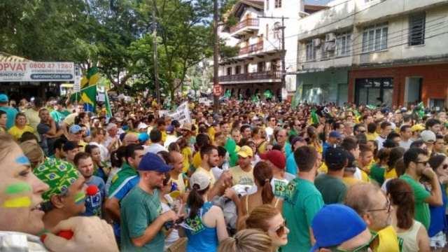 Manifestantes em direção a rua XV de Novembro (Gomes Jr. | Farol Blumenau)