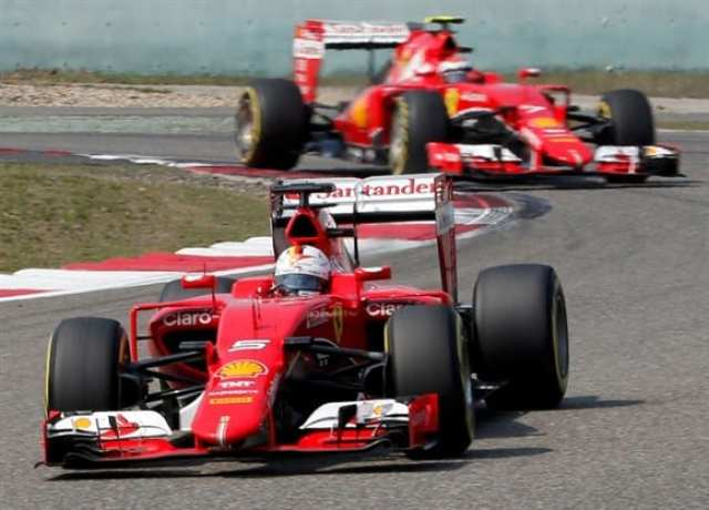 Vettel (a frente) e Raikkonen, terceiro e quarto em Xangai. Ferrari trabalha motivada para alcançar a Mercedes (AP)