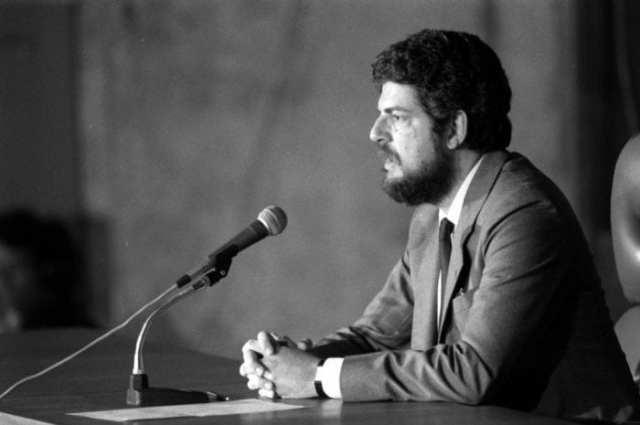 Antônio Britto, secretário de imprensa do governo, dá o comunicado derradeiro. Tancredo está morto (Radio Jovem Pan)