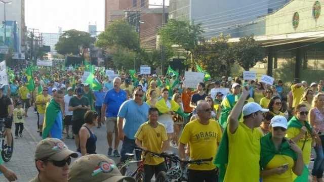 Protesto reúne 12 mil pessoas em Blumenau (Farol Blumenau)
