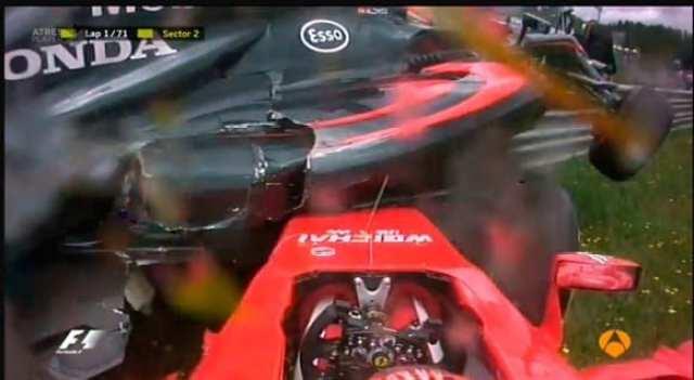 Alonso passa por cima de Raikkonen no acidente causado pelo finlandês. Batida de gente grande na largada (TV)