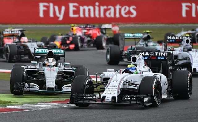 Massa relargou defendendo-se de Hamilton. O brasileiro fez uma grande corrida, infelizmente prejudicada pelo erro de estratégia da Williams. Ele terminou em quarto (AFP)