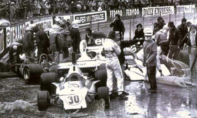 A confusão na curva Stowe em 1975, com Pace e Wilson Fittipaldi (carro 30) envolvidos. Era a última vitória de Emerson na F1 (GP Expert)