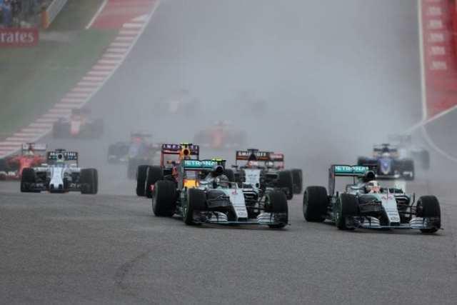 Na largada, Hamilton pula por dentro incisivamente em Rosberg. Mas primeiras voltas seriam marcadas pelo duelo com as Red Bull (Reprodução)