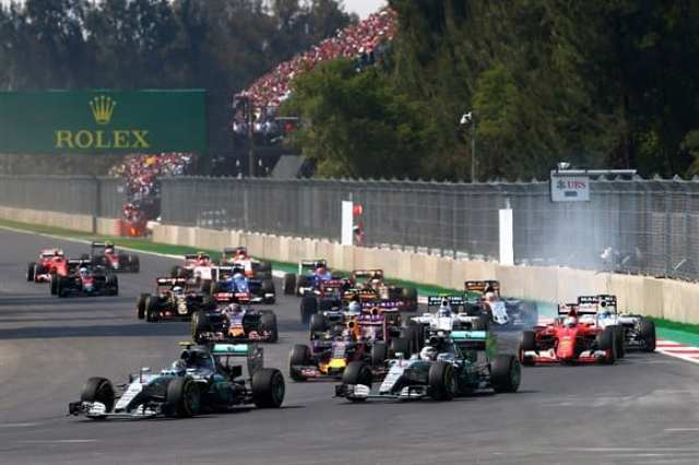 Na largada, Rosberg define sobre Hamilton e Vettel toca em Riccardo (Getty Images)