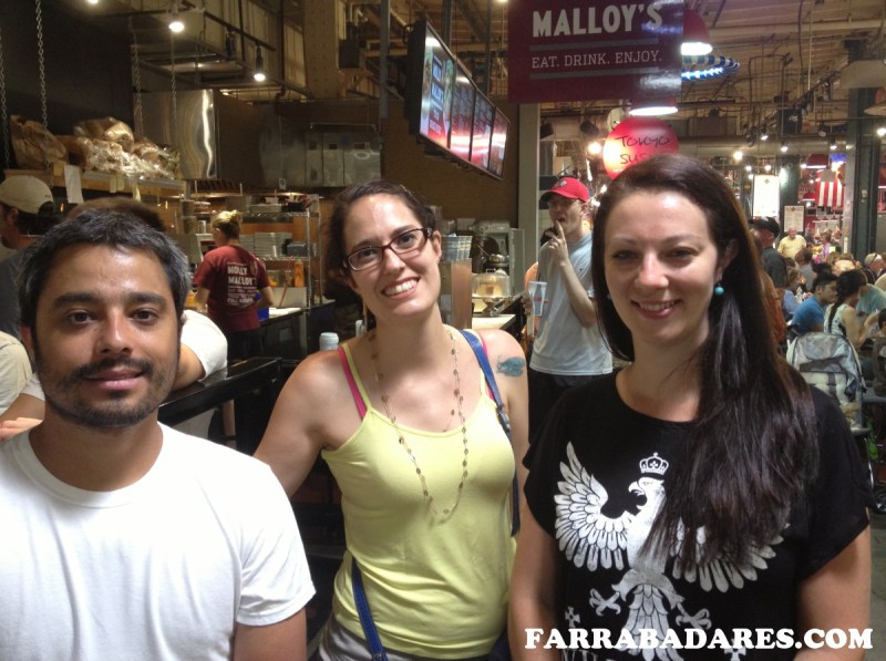Com amigos na fila do Molly Malloy´s - Reading Terminal Market Philadelphia
