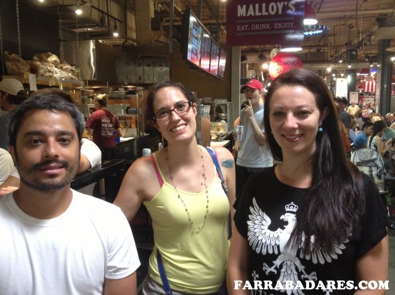 Com amigos na fila do Molly Malloy´s - Reading Terminal Market Philadelphia