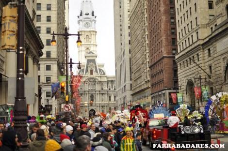 O desfile da Mummer´s Parade na Broad Street com o City Hall ao fundo - Philadelphia, foto by Andrew Grundy