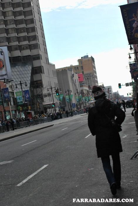 Mummer´s Parade 2014 - um transeunte no meio da passarela