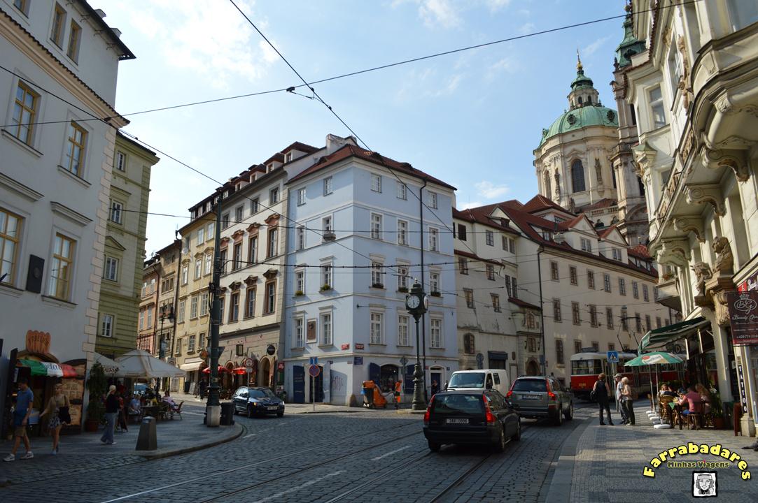 Praga e suas ruas e calçadas em paralelepípedos