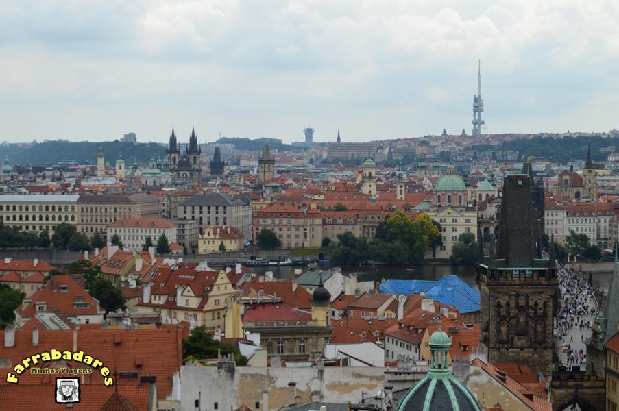 Vista da Cidade Velha e da Ponte Carlos do alto da torre do sino da Catedral de São Nicolau em Praga