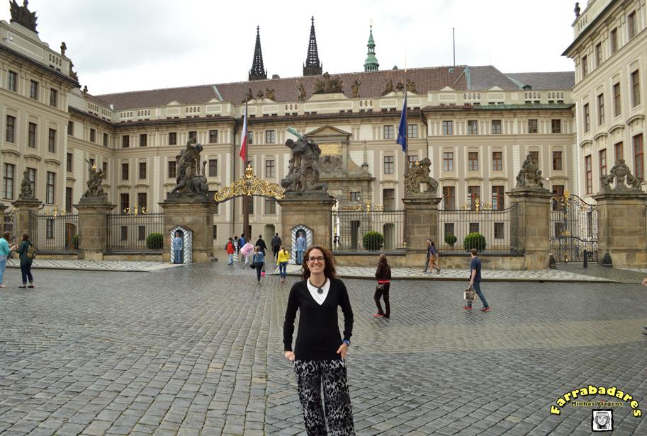 Na praça em frente a entrada do Castelo de Praga