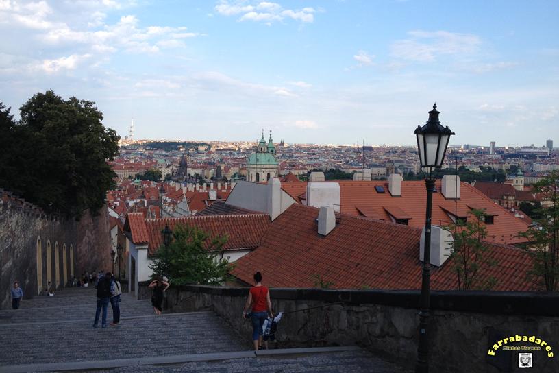 Escadaria de desce e sobe ao Castelo de Praga