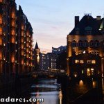 Belo visual do distrito dos galpões em Hamburgo. Foto tirada a partir da Ponte Poggenmühlen