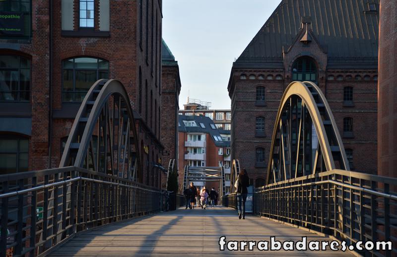 Charmosas pontes cortam o bairro de Speichstardt em Hamburgo, um dos mais fotogênicos da cidade.