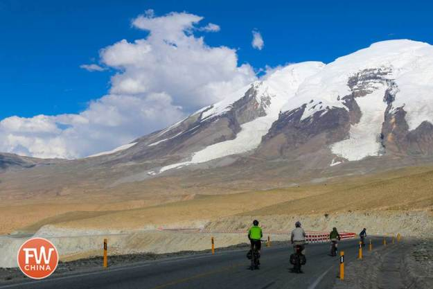 Beautiful scenery while biking the Karakoram Highway near Muztaghata