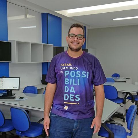 Luan Almeida cursa Engenharia de Produção na FASAR e foi selecionado para um intercâmbio na Espanha