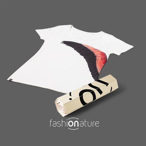 Women's Flamingo White T-Shirt con l'ala di un Fenicottero rosa. Realizzata in Tessuto con 100% cotone OEKO-TEX 105 gr/m2