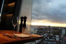 clouds-Heavens-Kitchen-Bar-Tisch2